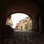 Montemerano volta della piazza del Castello