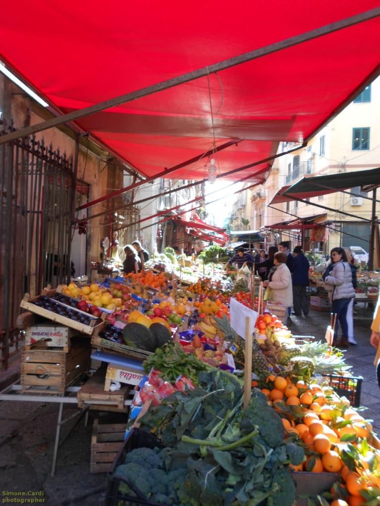 Mercato il Capo Palermo banco di frutta