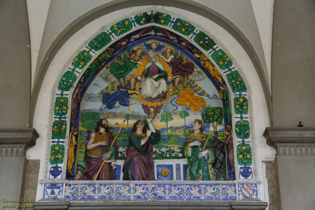 Giovanni della Robbia terracotta invetriata raffigurante la Madonna che offre la cintola a San Tommaso Apostolo (1510-1515).