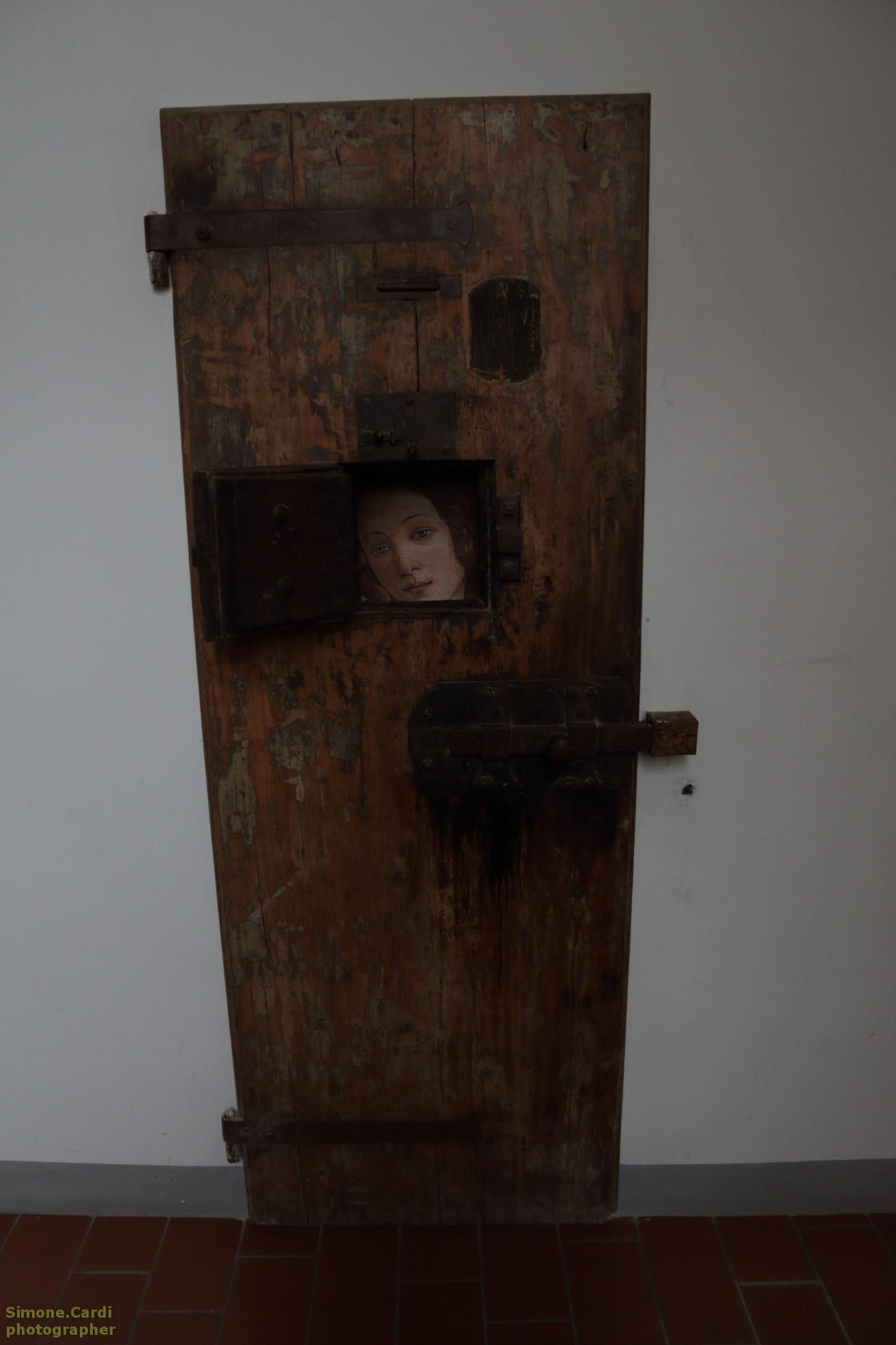 Carcere Le Murate Firenze, antica porta in legno con immagine della Primavera di Botticelli