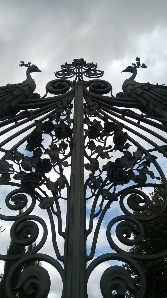 Cancello in ferro battuto con pavoni e rose a Villa Masini