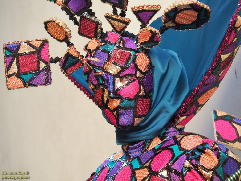 maschera Arlecchino in stile veneziano al Carnevale dei figli di Bocco