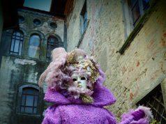 dama del settecento costume e maschera veneziana al Carnevale dei figli di Bocco