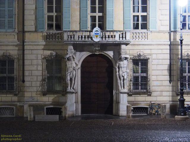 mantova_palazzo_storico_statue_giganti