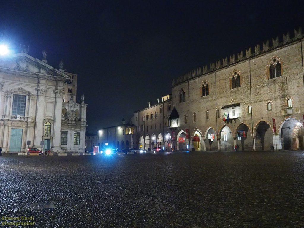 Mantova la faccia di Palazzo Ducale foto notturna