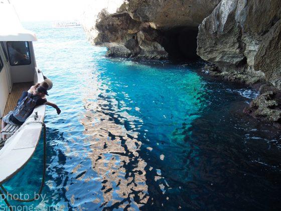 Grotte di Nettuno Alghero arrivo con la barca acqua azzurra