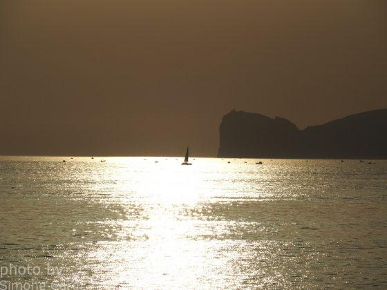 Tramonto Capo Caccia Alghero barca nel sole